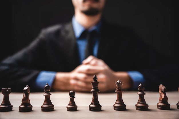 Zakelijk leiderschap, teamwerk kracht en vertrouwen concept met schaken