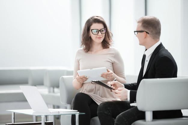 Zakelijk paar dat zakelijke documenten bespreekt op het bankkantoor .photo met kopieerruimte