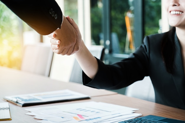 Zakelijk partnerschap vergadering concept. afbeelding businessmans handdruk. succesvol zakenliedenhandenschudden na goede deal.