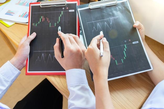 Zakelijk project teamwork plan nieuw startup project finance managers vergadering digitale tablet