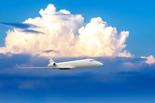 Zakelijk straalvliegtuig dat op grote hoogte boven de wolken vliegt