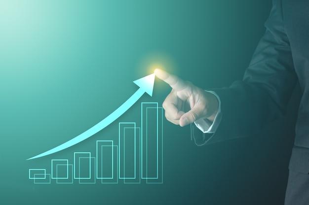 Zakelijk succes concept. zakenman wijzende groeiende pijl lijn met virtuele staafdiagram winst tonen