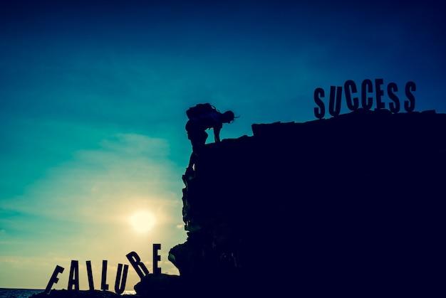 Zakelijk succes en doel concept. silhouetklimmer op de klip.