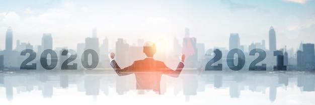 Zakelijk succes in 2021-concept, dubbele blootstelling van succesvolle zakenman