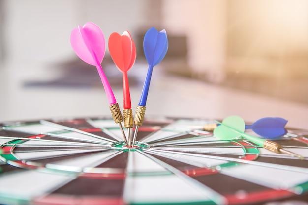 Zakelijk succesvol en doelconcept met dartbordspel