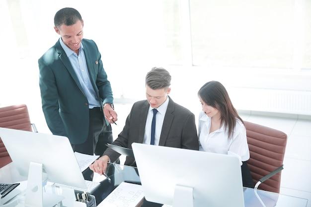 Zakelijk team dat zakelijke documenten bespreekt op de werkplek. foto met kopieerruimte