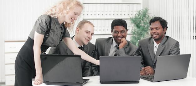Zakelijk team dat zakelijke problemen aan hun bureau bespreekt