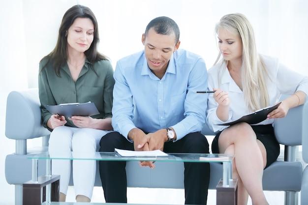Zakelijk team met laptop tijdens een werkonderbreking. foto met kopieerruimte