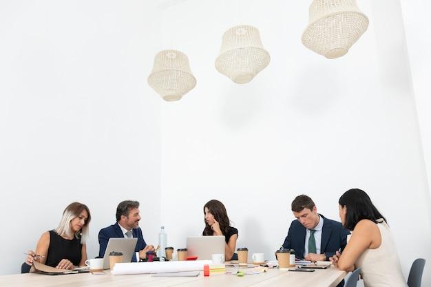 Zakelijk teamwerk op kantoor