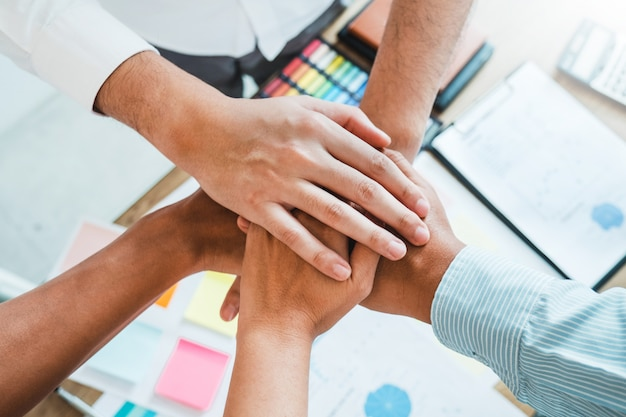 Zakelijk teamwork gaat hand in hand teamgeest samenwerking