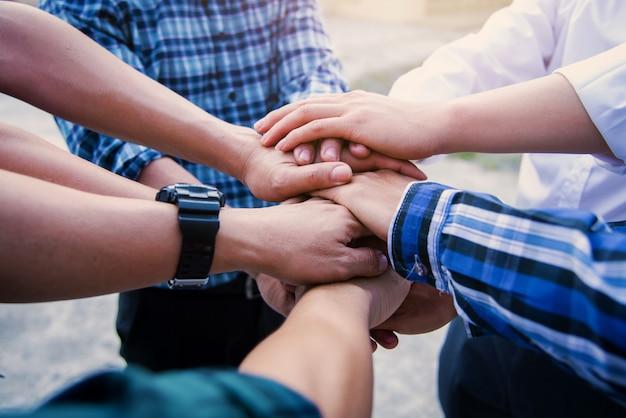 Zakelijk teamwork slaan de handen ineen