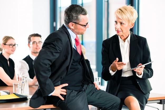 Zakelijk - vergadering op kantoor, senior managers
