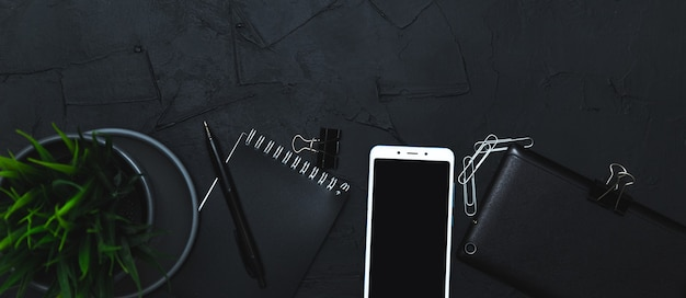 Zakelijke accessoires op grafietoppervlak. zakelijk, afstandswerk, zelfstudieconcept. bovenaanzicht