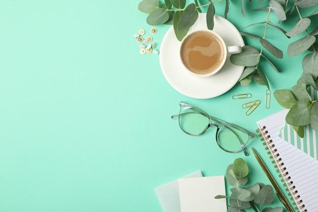 Zakelijke accessoires op mint achtergrond. blogger-concept
