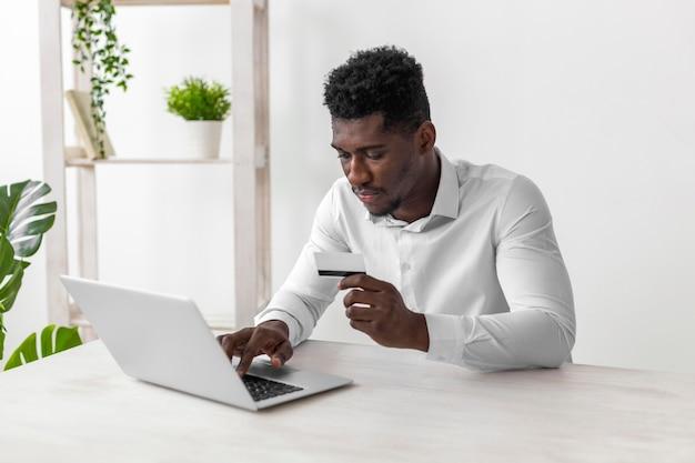 Zakelijke afro-amerikaanse man aan het werk op mobiele telefoon