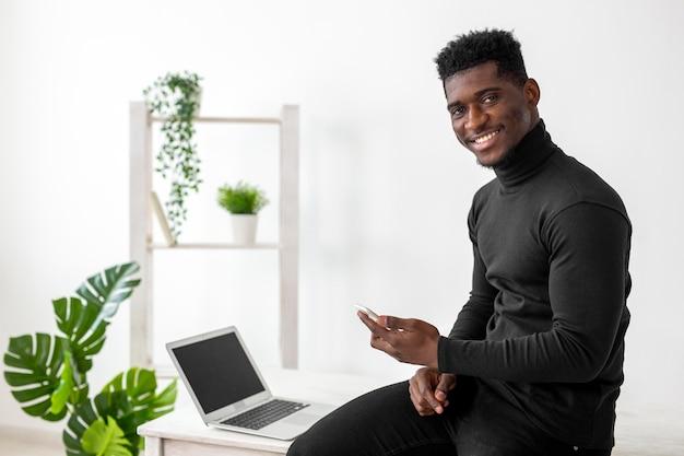 Zakelijke afro-amerikaanse man glimlacht