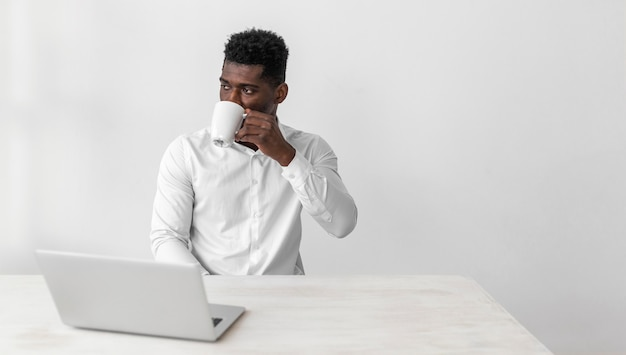 Zakelijke afro-amerikaanse man koffie drinken