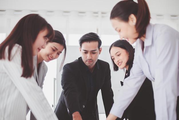 Zakelijke aziatische teamdiscussie op kantoor, mensen die ideeën delen en project bespreken, brainstormvergaderingsconcept