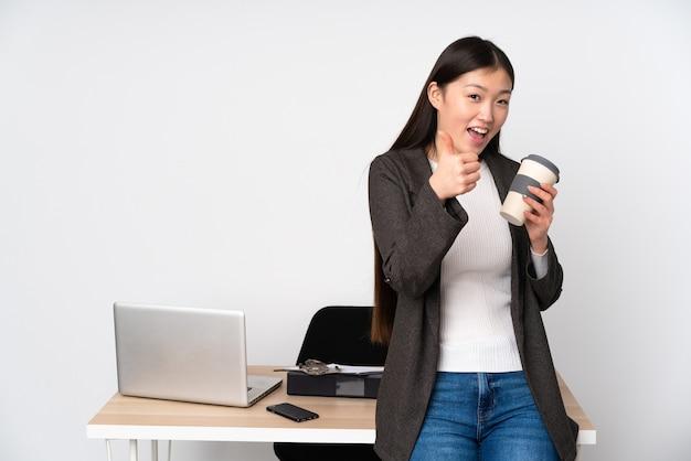 Zakelijke aziatische vrouw op haar werkplek