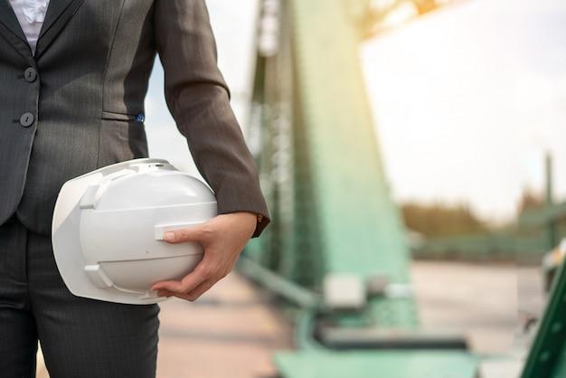 Zakelijke azië vrouw ingenieur ontwikkelaar bedrijf blauwdruk vertrouwen werken
