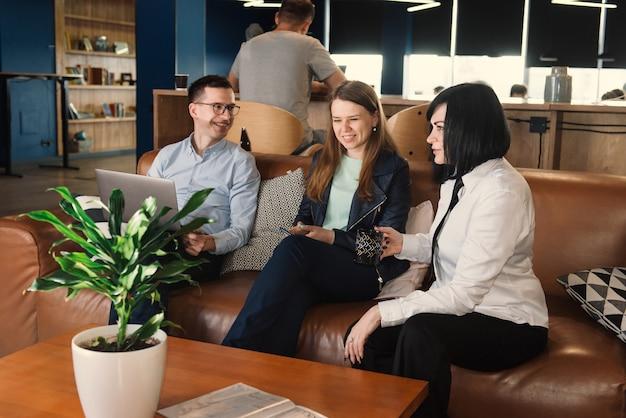 Zakelijke bespreking van freelancers in co-working