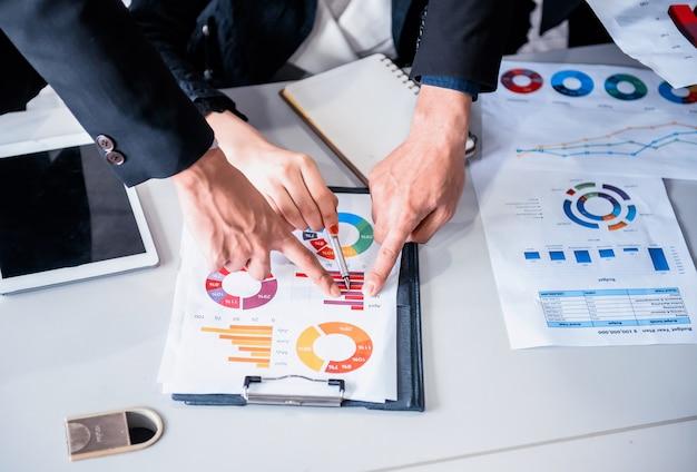 Zakelijke bijeenkomst en bespreken met collega's over de marketingwinst. persoonlijke ontwikkeling.