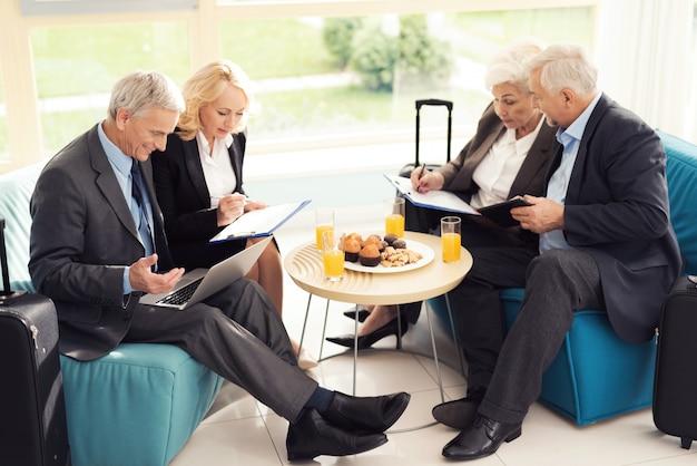 Zakelijke bijeenkomst in de hal van de luchthaven.