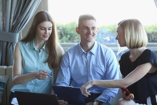 Zakelijke bijeenkomst in een cafe portret