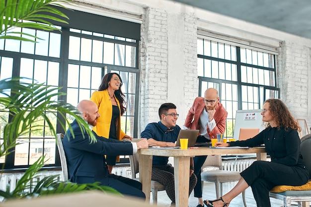 Zakelijke bijeenkomst in een kantoor, de zakenmensen bespreken een document of project. selectieve focus