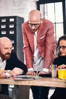 Zakelijke bijeenkomst in een kantoor, de zakenmensen bespreken een document of project