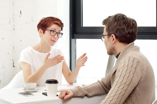Zakelijke bijeenkomst in office. sollicitatiegesprek: vrouwelijke leidinggevende ontmoet kandidaat en praat.