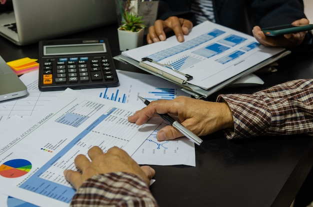 Zakelijke bijeenkomst mensen analyse rapport kosten grafiek en grafiek.