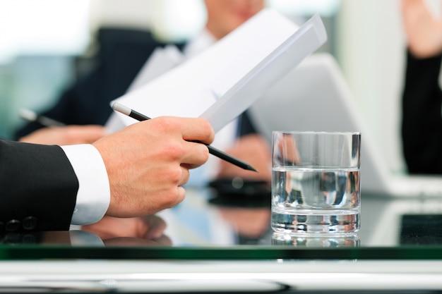 Zakelijke bijeenkomst met werk op contract