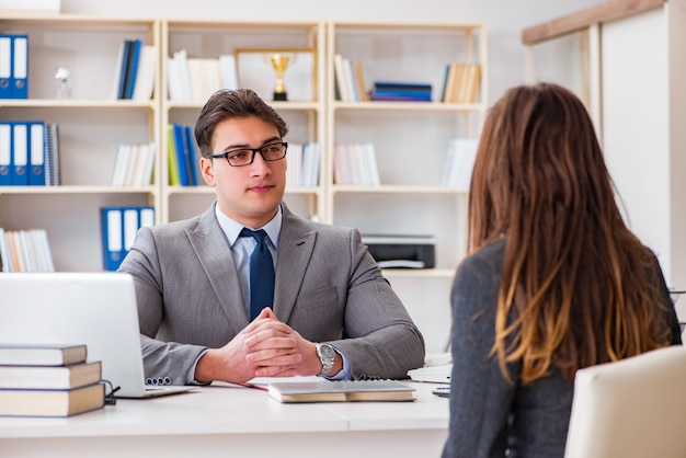 Zakelijke bijeenkomst tussen zakenman en zakenvrouw
