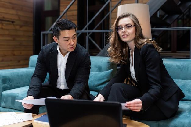 Zakelijke bijeenkomst twee zakenlieden aziatische man en vrouw discussie i