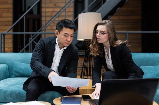 Zakelijke bijeenkomst twee zakenlieden aziatische man en vrouw discussie internationale partners houden een vergadering