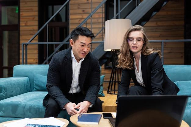 Zakelijke bijeenkomst twee zakenlieden aziatische man en vrouw Premium Foto