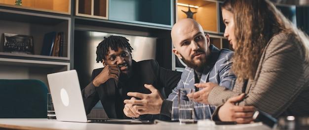 Zakelijke bijeenkomst van een jong ontwikkelingsteam bespreekt een nieuw project multiraciaal team van professionals