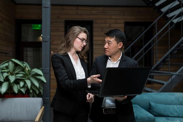 Zakelijke bijeenkomst van twee ondernemers