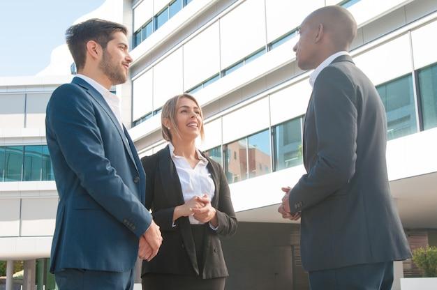 Zakelijke bijeenkomst van verkoopmanager en een paar klanten