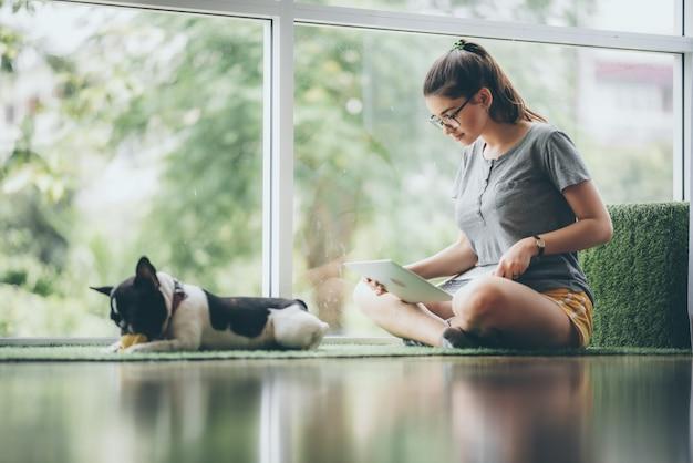 Zakelijke blanke vrouw die laptopcomputer gebruikt om thuis online zaken te doen, jonge vrouw die binnenshuis zit om met een notebook te werken op het gebied van communicatietechnologie