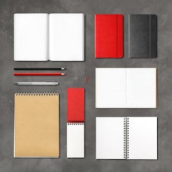 Zakelijke briefpapier, boeken en notitieboekjes. bovenaanzicht