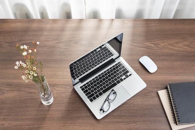 Zakelijke bureauopstelling met bovenaanzicht van de laptop
