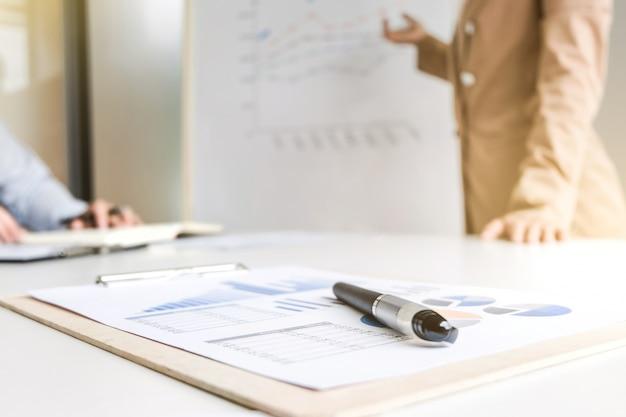 Zakelijke collega's brainstormen over verkoopprestaties, selectieve foucs