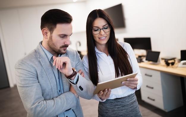 Zakelijke collega's praten op werkplek moderne kantoren