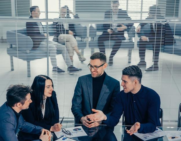 Zakelijke collega's praten over hun ideeën tijdens een werkvergadering. concept van teamwerk.