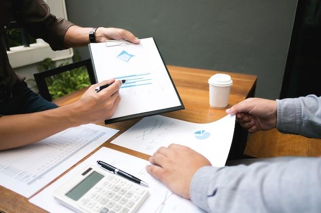 Zakelijke collega werken aan rapportdocumenten op een werkplek