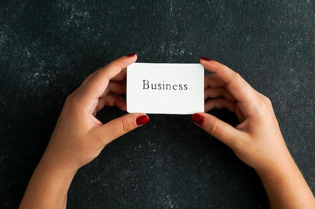 Zakelijke concept, visitekaartje met zakelijke writtin in de hand van de vrouwen houden