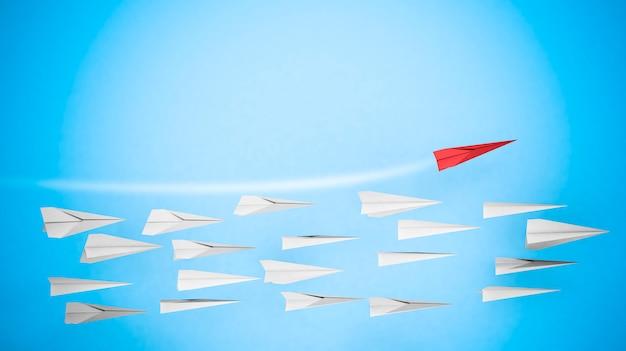 Zakelijke concurrentie en leiderschap concept met papieren vliegtuigen