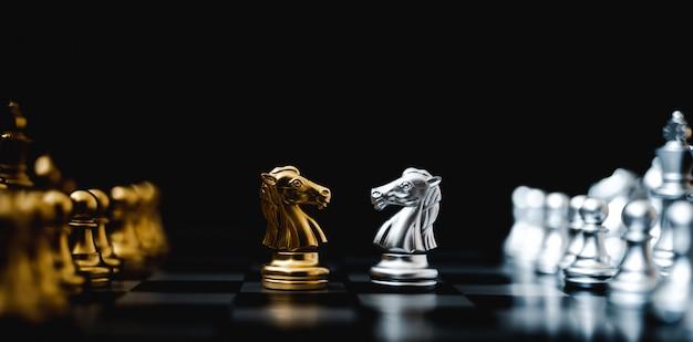 Zakelijke concurrentie en strategie plan concept. schaakbordspel goud en zilverkleur. panoramisch beeld